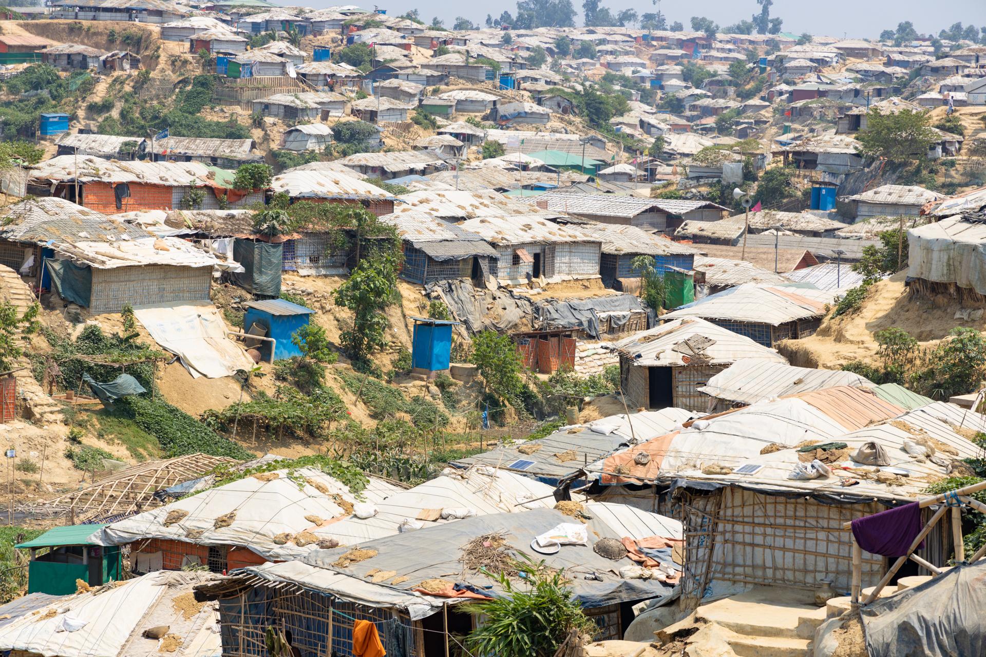 Yleiskuva Cox's Bazaarin rohingya-pakolaisleiristä: runsaasti telttoja kukkuloiden rinteillä.