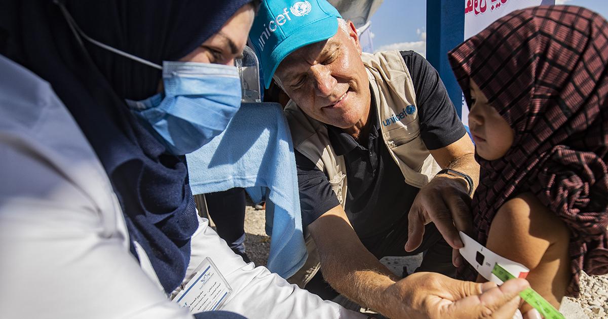 Bo Viktor Nylund seuraamassa lapsen mahdollisen aliravitsemuksen mittaamista käsivarresta.