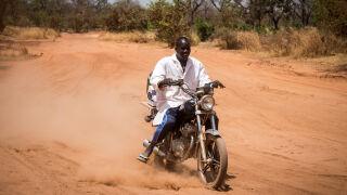 Adama Traoré toimittaa rokotteita moottoripyörällä syrjäseuduille.
