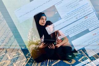 Kuvituskuva, jossa nuori nainen istuu nuorempi sisko sylissään. Kuvan päällä on tietokonekoodia.