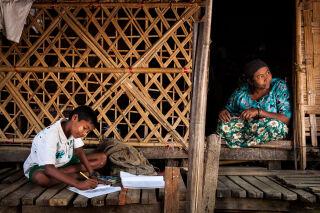 Koululainen opiskelee Myanmarissa