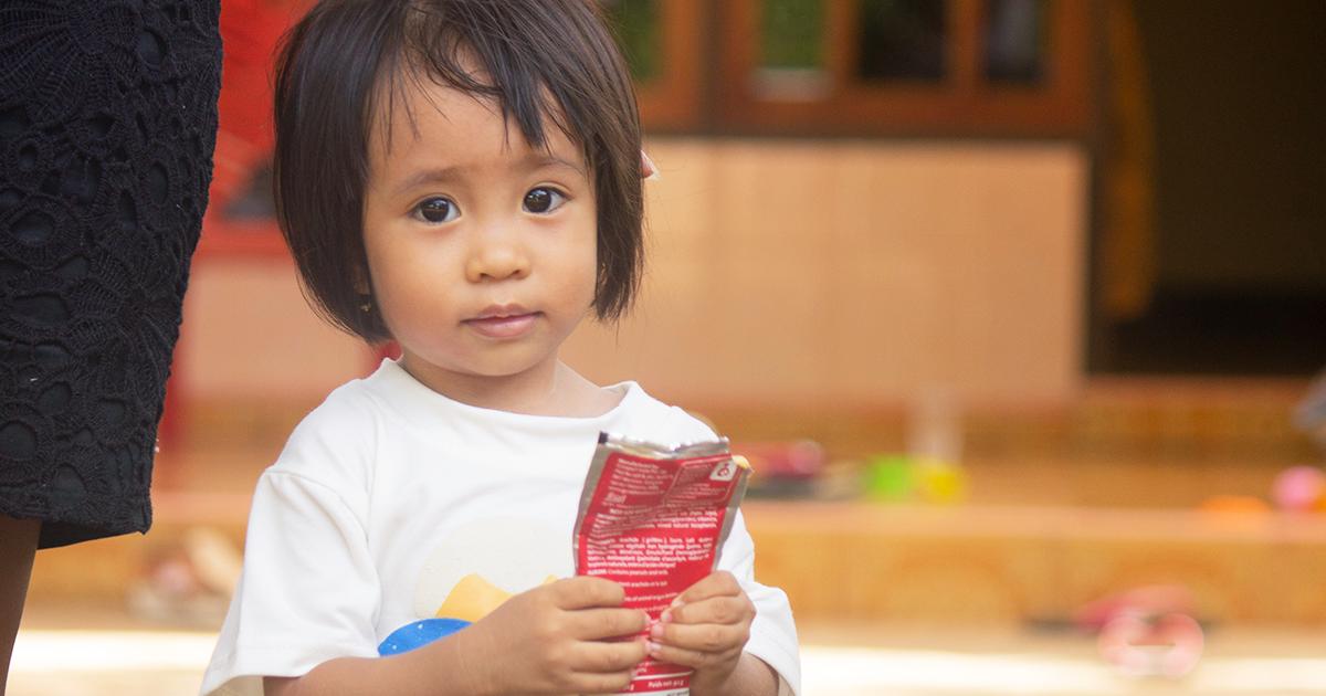 Indonesian Kupangissa asuva Felicity, 2, sai UNICEFilta ruoka-apua. Kuva: © UNICEF/UN0459217/Padji