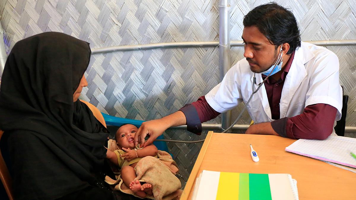 Imrul Hassan tarkastaa 6 viikkoa vanhan vauvan terveyden. Kuva: UNICEF/UN0200255/Salman Saeed