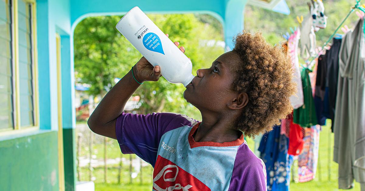Seraphine, 9 vuotta, juo puhdasta vettä UNICEFilta saamastaan pullosta Vanuatun saarella. Kuva: © UNICEF/UNI337627/Shing