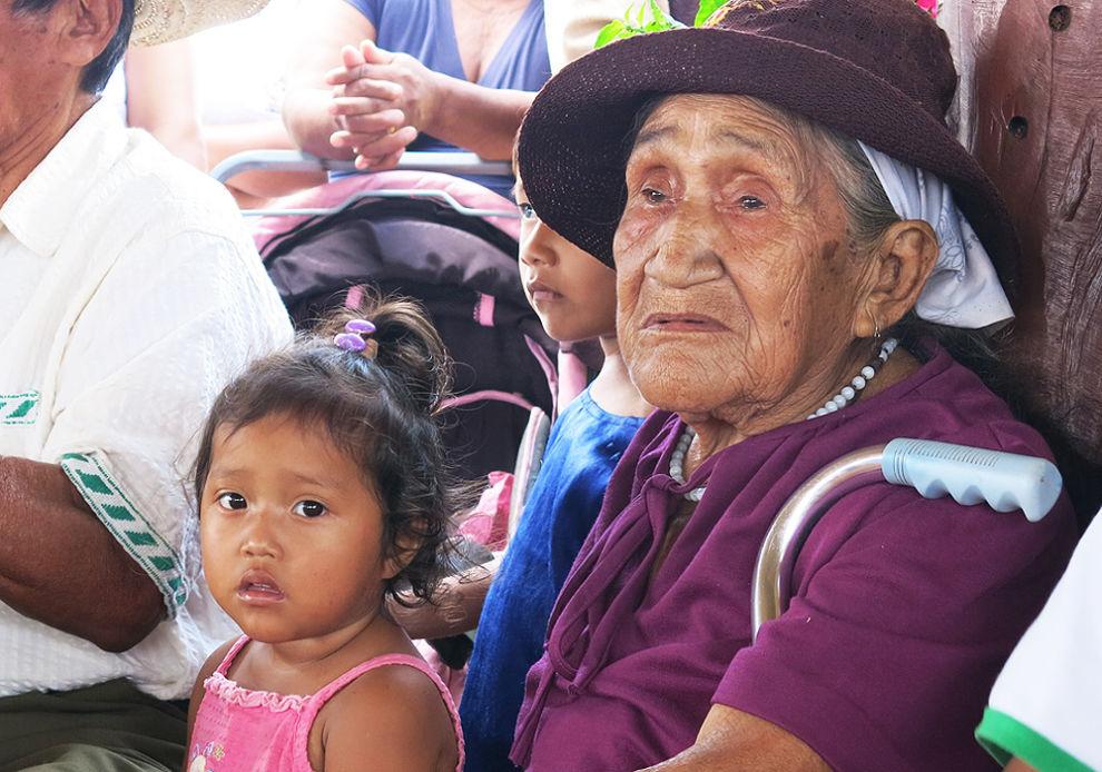 Limonciton kylässä isovanhemmat huolehtivat lapsenlapsistaan ja puhuvat heille besiron kieltä.  © Bolivia 2015/Lagerstedt