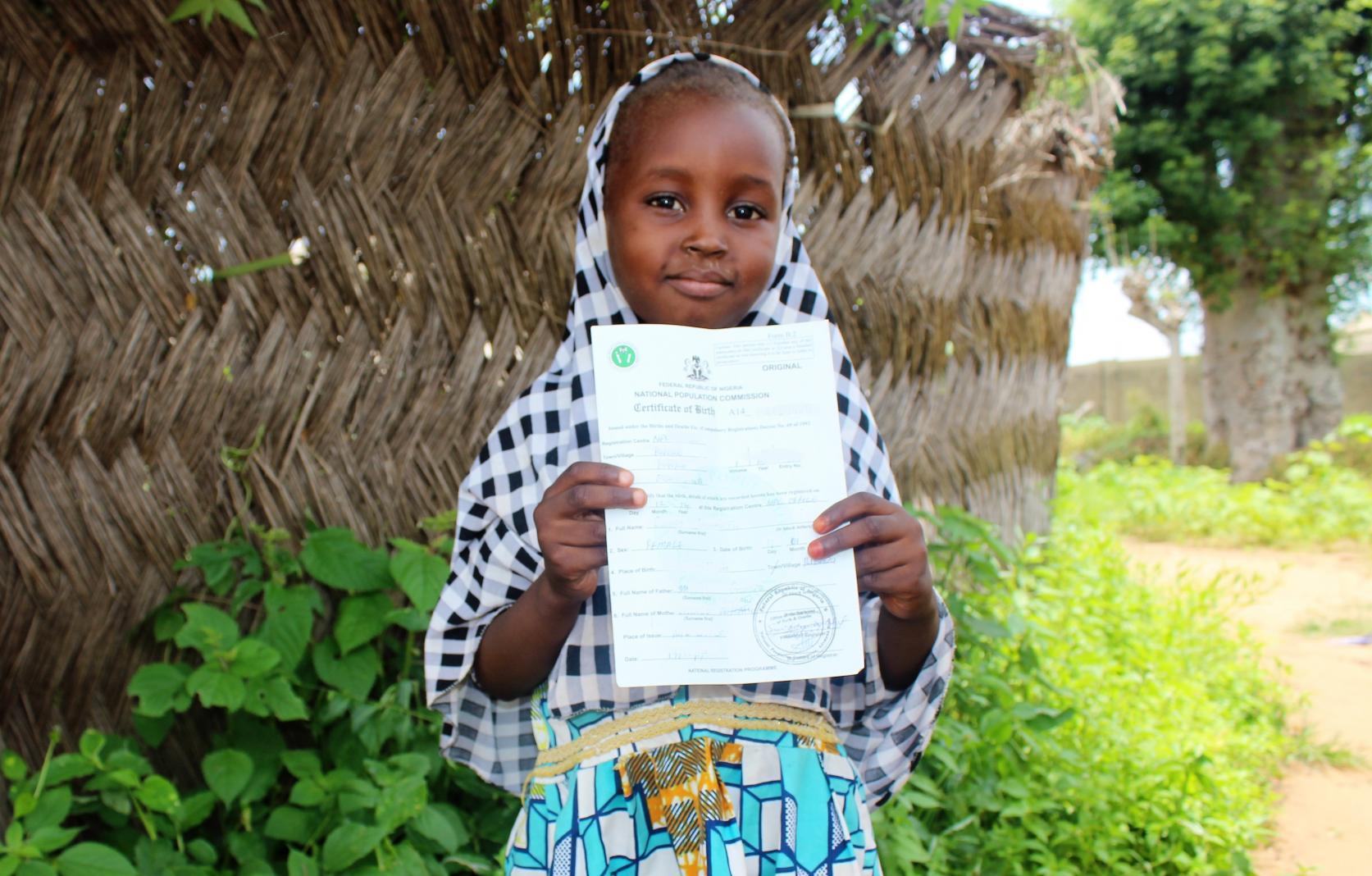 Onnistuminen! Tämä nigerialainen tyttö on saanut syntymärekisteritodistuksen.