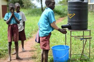 UniWASH-hankkeessa kehitetty käsienpesuhana säästää vettä ja näin vähentää aikaa, joka lapsilla kuluu vedenkantoon koulupäivän aikana. © Martta Kaskinen