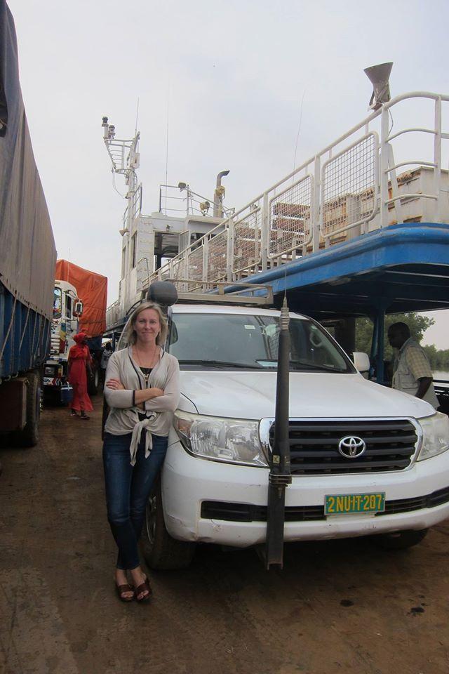 Mirkka Mattilan työarkea: tässä matkustetaan joen yli autolautalla Gambiassa
