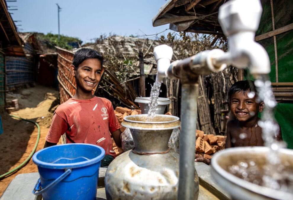 Rohingya-pakolaisiin kuuluvat pojat noutavat puhdasta vettä maailman suurimmalla pakolaisleirillä Cox´s Bazarissa, Bangladeshissa. UNICEF vastaa leirin vesihuollosta ja toimittaa vettä sadoille tuhansille pakolaisille päivittäin. © UNICEF /Bangladesh 2019/ Jari Kivelä