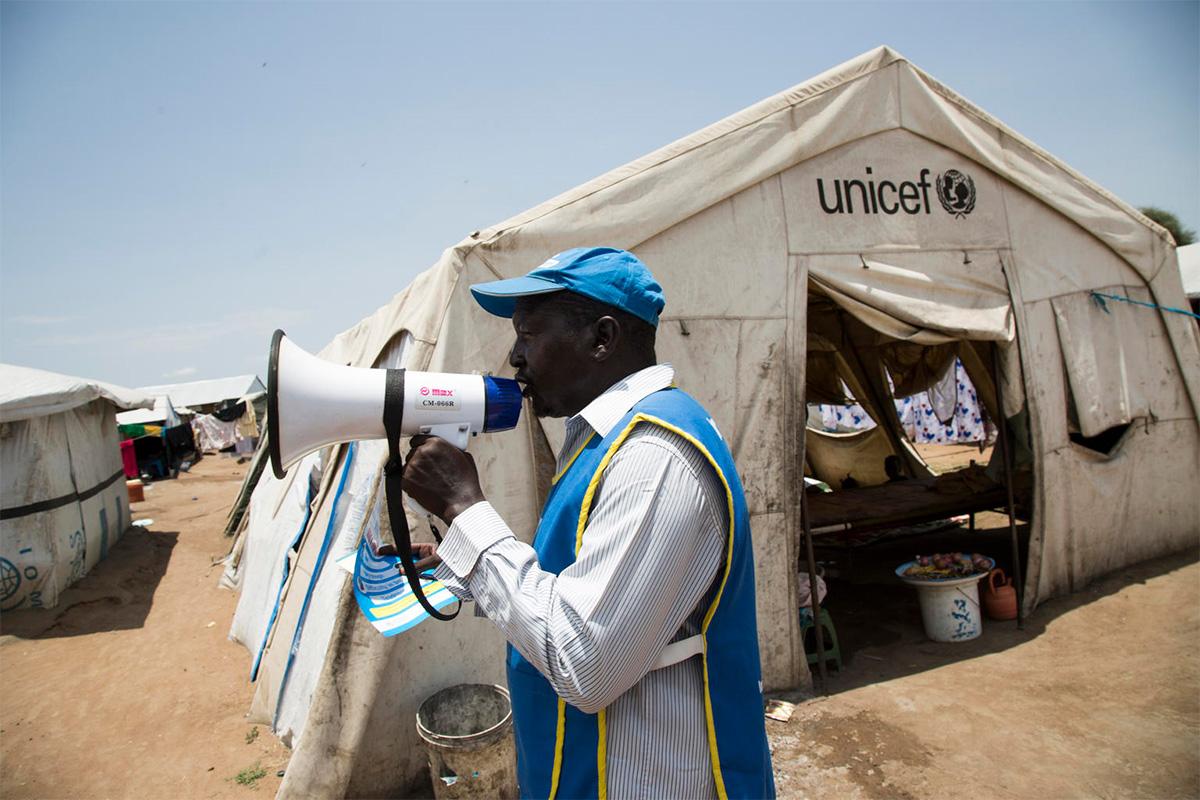 UNICEFin tuella maansisäisiä pakolaisleirejä ja kyliä kiertää 2 500 koulutettua työntekijää, jotka kertovat taudista ja keinoista suojautua siltä.