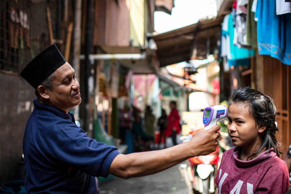 Zahra-tytön kuume mitataan Jakartassa