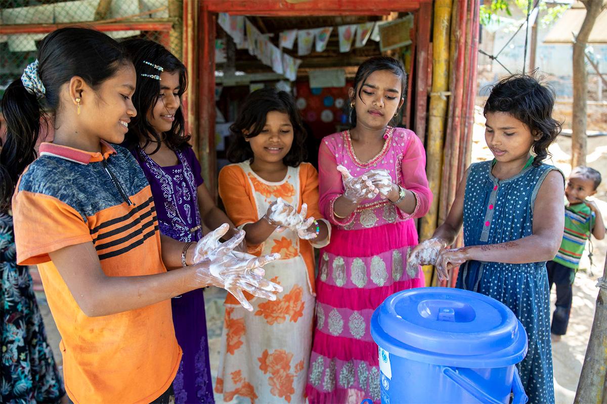 Maailman suurimmalla pakolaisleirillä Bangladeshin Cox's Bazarissa käsienpesua opetetaan tehostetusti noin 216 000 lapselle.
