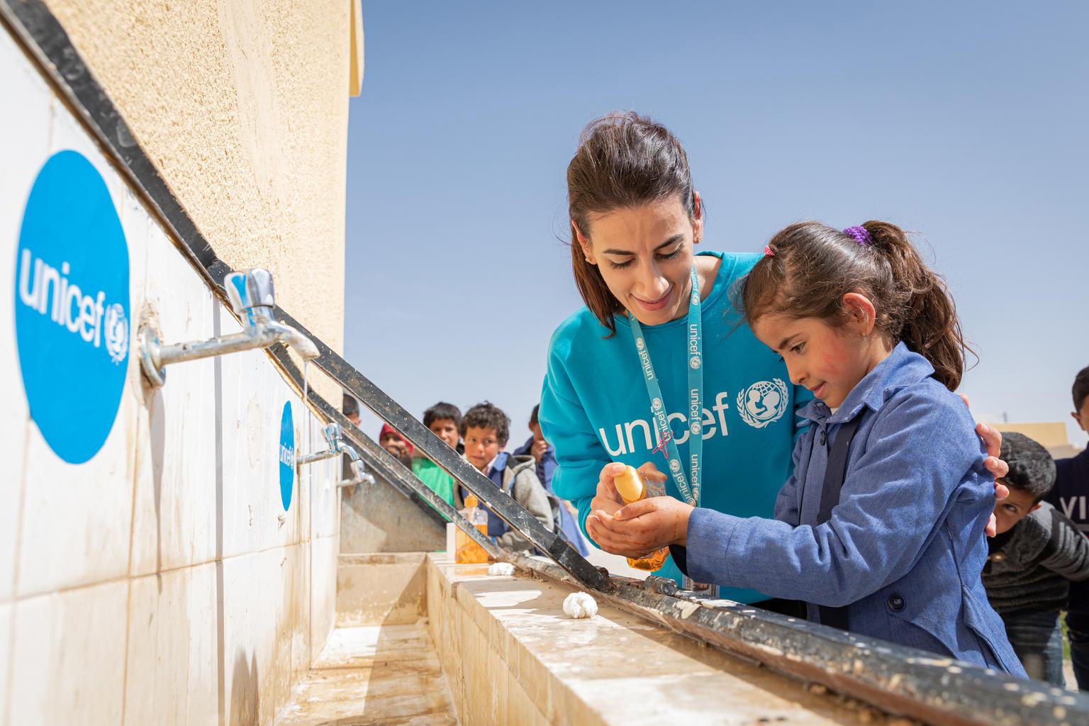 Lapset oppivat kunnollisen käsienpesun merkityksen UNICEFin tukemassa koulussa Jordaniassa