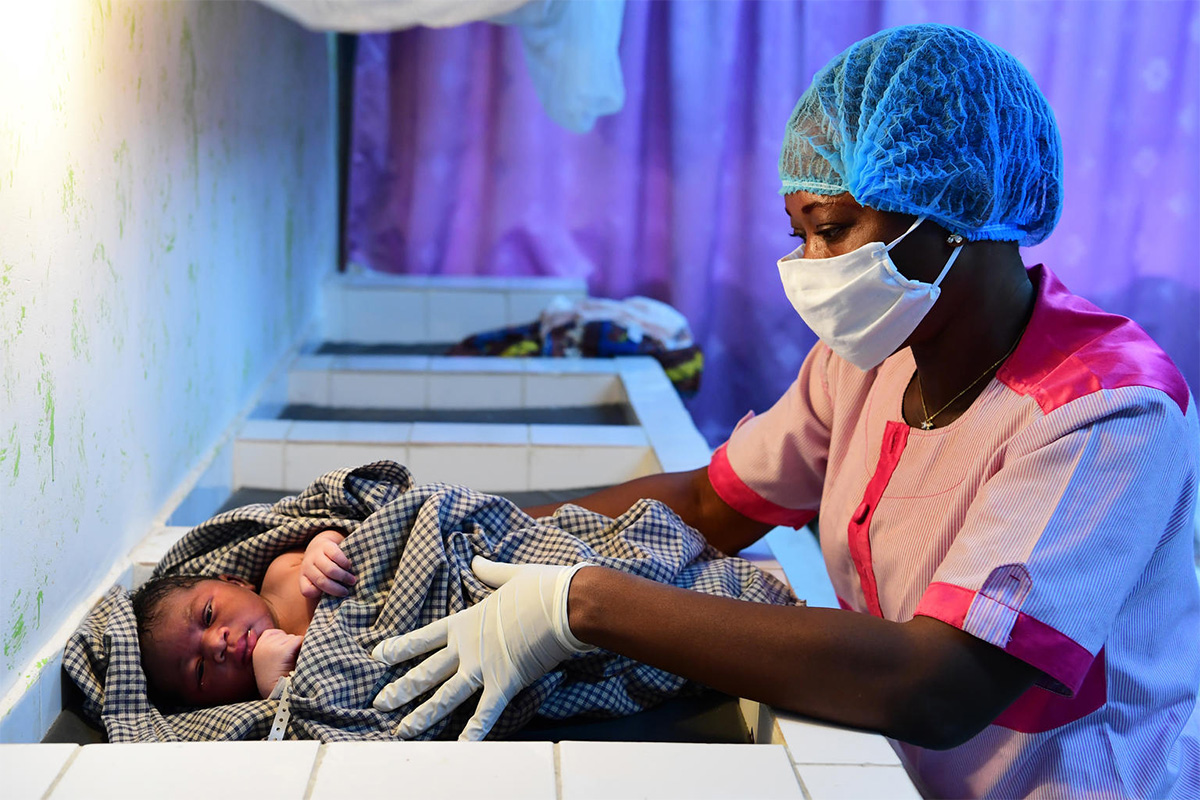 Norsunluurannikolla terveyskeskustyöntekijöillä on suojatarvikkeet käytössä