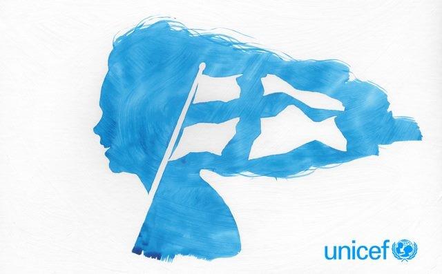 Sininen kuva, jossa piirretty tytön profiili, jonka hulmuavissa hiuksissa liehuu myös Suomen lippu.