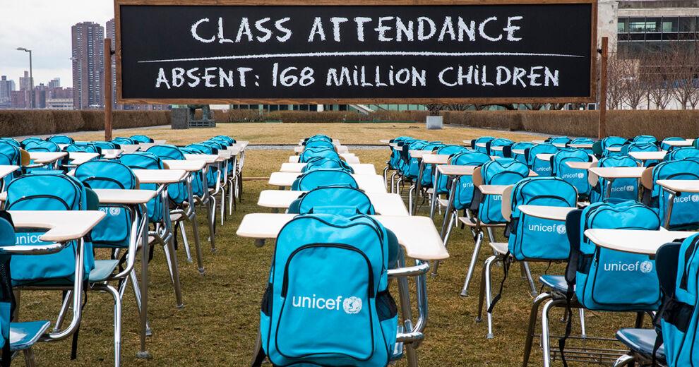 Pandemialuokkahuone-installaatio YK:n päämajan edustalla New Yorkissa. 168 tyhjää pulpettia edustavat 168 miljoonaa koulusulussa elävää lasta. Kuva: © UNICEF/UN0424366/Chris Farber/UNICEF