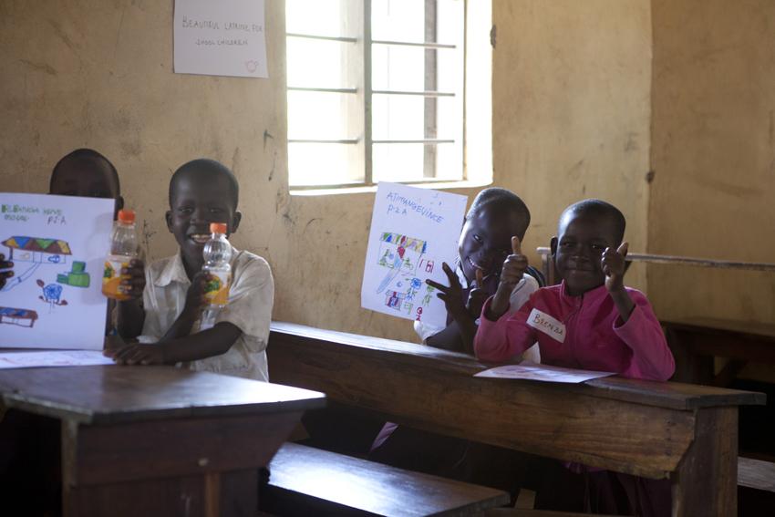 UniWASH-hankkeen työpajoissa lapsilta kerätään tietoa muun muassa piirustustyöpajojen avulla. Lacekocotin koulun alaluokkalaiset piirtävät unelmiensa vessaa. © UNICEF/Uganda 2015/Suihkonen