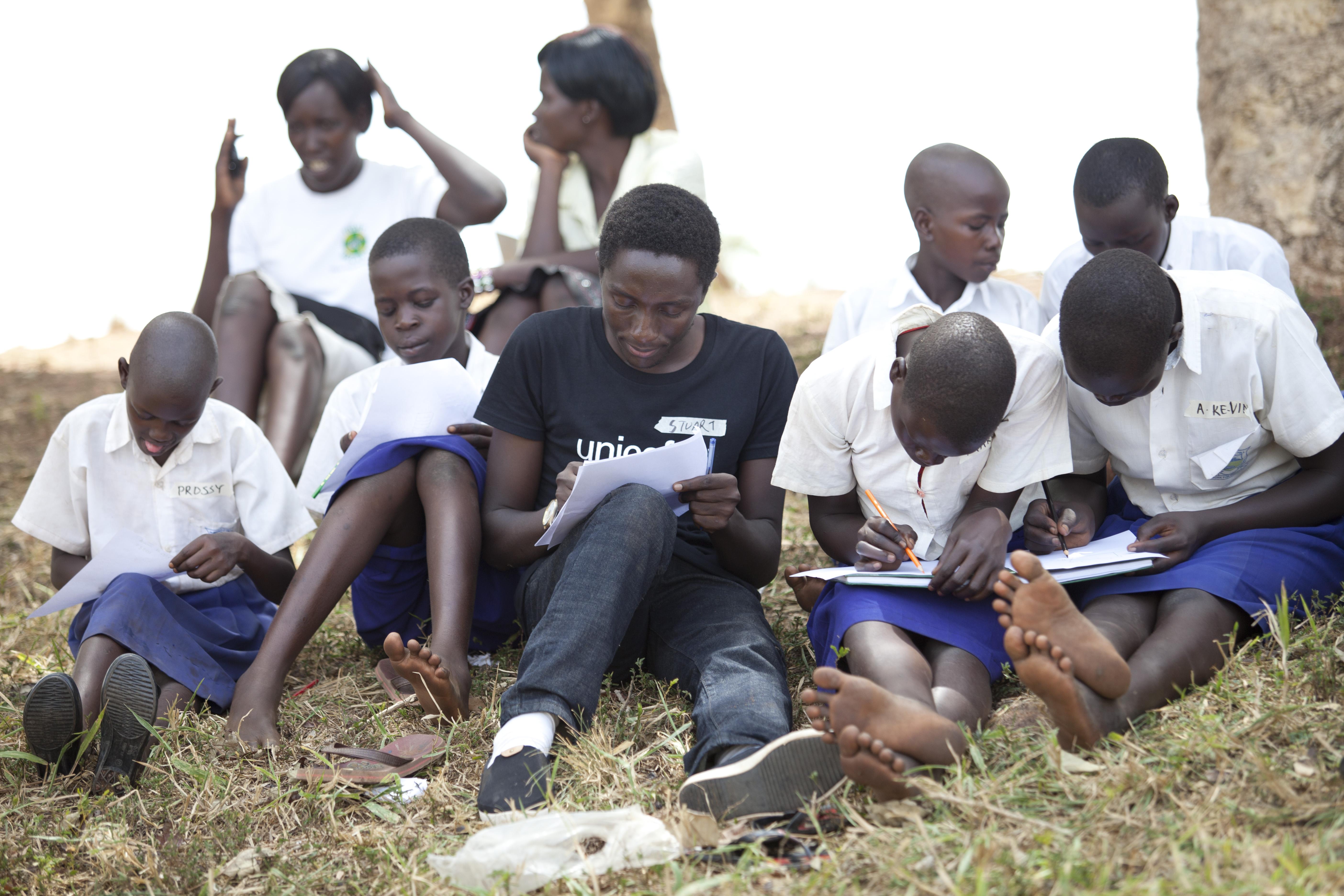 Yläkoululaiset piirtävät Purongo Hillin koululla toiveidensa mukaista käsienpesupaikkaa. © UNICEF/Uganda 2015/Suihkonen