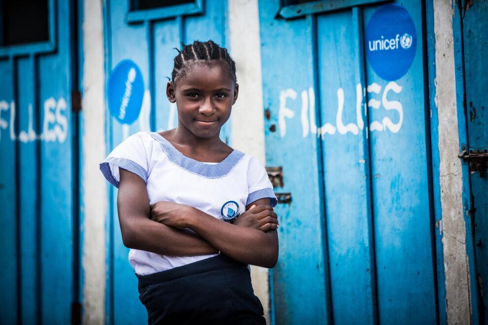 Rachel, 12, käy koulua Kinshasassa Kongon demokraattisessa tasavallassa. Laadukkaasta koulutuksesta jäävät maailmassa paitsi yleensä he, jotka hyötyisivät siitä eniten: köyhimmät ja haavoittuvaisimmat.  © UNICEF/UN0271291/Tremeau