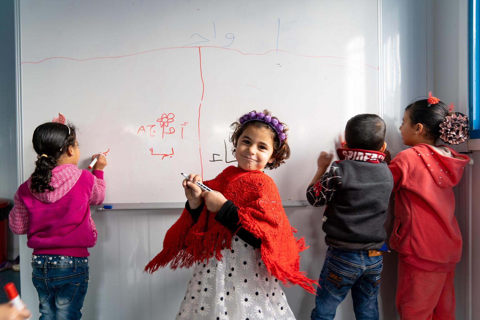 Kuusivuotias Asma käy esikoulua Za'tarin pakolaisleirillä. Asma luokkakavereineen kuuluu Jordaniassa ensimmäiseen pakolaisleirillä syntyneeseen sukupolveen.  Mahdollisuus koulunkäyntiin on äärimmäisen tärkeää lasten tulevaisuuden sekä päivittäisen rutiinin ja traumoista parantumisen kannalta.   UNICEF tukee Jordanian hallitusta pakolaisleirillä elävien lasten koulutuksessa. Azraqin ja Za'tarin leirille avattiin 54 uutta päiväkotia, joissa 4000 pakolaisleirillä elävää lasta pääsee esikouluopetuksen UNICEFin rakentamissa ja varustamissa luokkahuoneissa. Kuva: ©UNICEF/UN0297825/Herwig