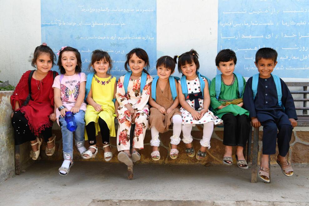 Kuvan tytöt ja pojat leikkivät Turganin koulun leikkikentällä Faizabadissa Afganistanin pohjoisosassa. Afganistanissa 3,7 miljoonaa lasta ei pääse kouluun ja vain 54 prosenttia ala-asteikäisistä suorittaa alakoulun loppuun. 60 prosenttia koulun ulkopuolella olevista lapsista on tyttöjä. © UNICEF/UN0339383/Frank Dejongh