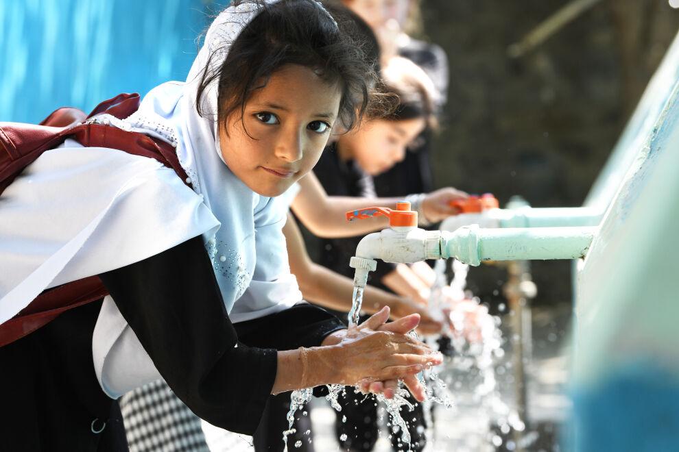 Tytöt pesemässä käsiään koulun pihalla Badahshanissa Pohjois-Afganistanissa. ©UNICEF/UN0339412/Dejongh
