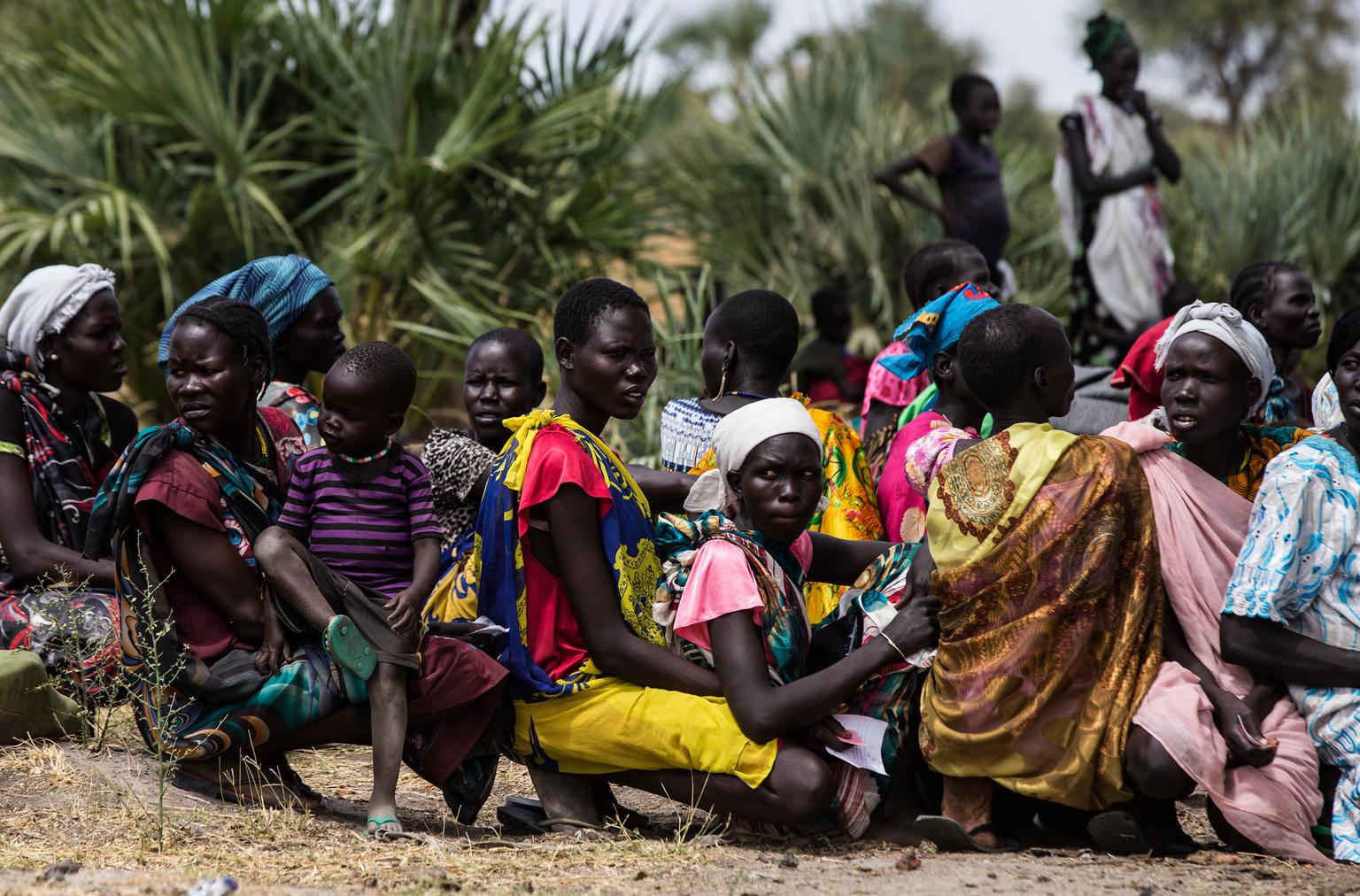 Naiset ja lapset jonottavat klinikalle.