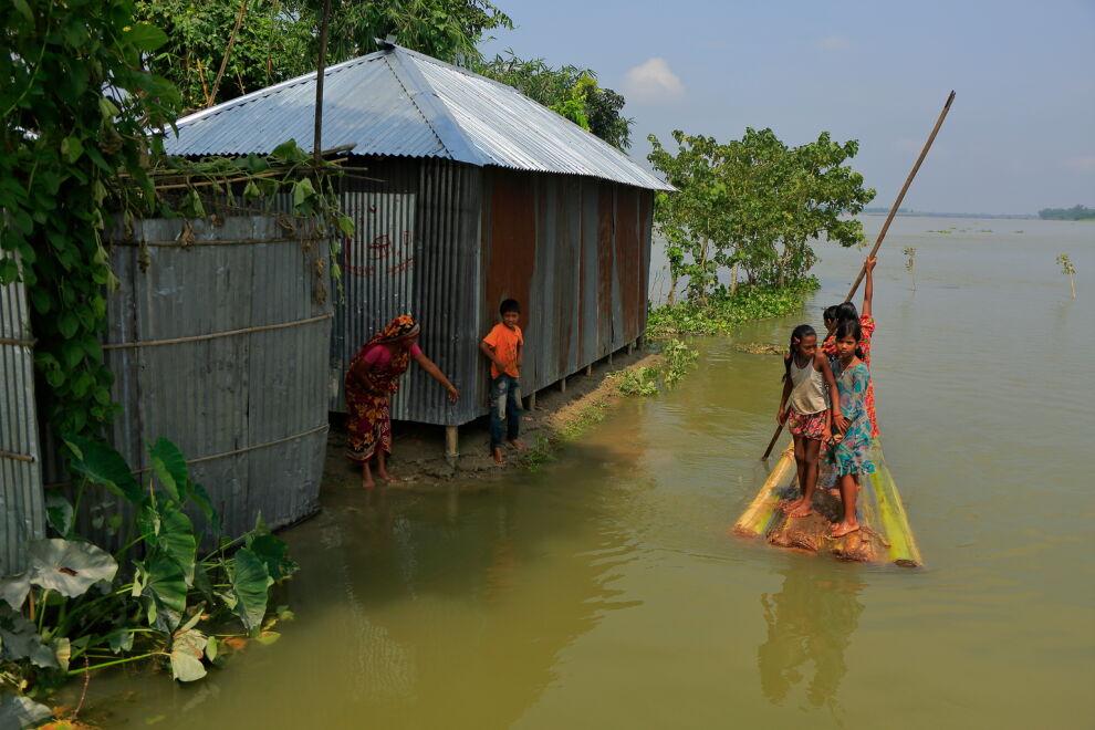 Ihmisiä etsimässä turvaa pohjoisessa Bangladeshissa elokuussa. © UNICEF/UN076394/Saeed