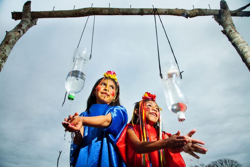 Guaraní-tytöt Maribel Silva Visaya, 8, ja Shirley Surubi Flores, 6, pesevät käsiään La Montañan koulun pihalle rakennetulla käsienpesupisteellä. Vastaavia pisteitä on rakennettu kierrätetyistä vesipulloista Bolivian kuivimmille alueille osana WASH-hanketta. © UNICEF/UNI189328/Gilbertson VII Photo