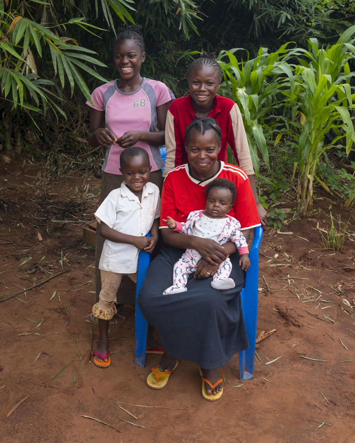 Rose Tupemunin perhe asui syrjäisessä kylässä Kongon demokraattisessa tasavallassa vielä viime vuonna. Taisteluiden takia perhe joutui kuitenkin jättämään kodin taakseen ja pakenemaan. Pakomatkan vuoksi äiti Rose ei pystynyt viemään kolmevuotiasta tytärtään rokotettavaksi tuhkarokkoa vastaan ja tauti vie lopulta tyttären hengen. Tuhkarokko levisi Kongon demokraattisessa tasavallassa vuonna 2019 hälyttävästi ympäri maata. Tartunnoista 74 prosenttia ja kuolemista lähes 90 prosenttia on todettu alle viisivuotiailla lapsilla. Tuhkarokkoedpidemiasta on tullut maassa tappavampi kuin ebolasta. UNICEF on toimittanut yli 8,6 miljoonaa tuhkarokkorokotetta, johtanut rokotekampanjoita ja rokottanut yli 1,4 miljoonaa lasta alueilla, jossa tauti on jyllännyt pahiten. Rosen perhe pääsi pakoon, ja asuu nyt Tshikapassa. He pääsevät Katangan alueen terveyspalveluiden piiriin. Rose on asettanut lastensa rokottamisen ensisijaisen tärkeäksi. Nyt kaikki perheen lapset on rokotettu tuhkarokkoa vastaan.  Kuva: ©UNICEF/UNI229157/Nybo