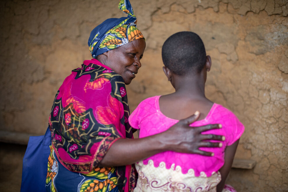 Geretilda Basesake on yksi Ruandan vapaaehtoisista, jotka auttavat kaltoinkohdeltuja lapsia. Kun hän kuuli, että 12-vuotiasta tyttöä oli käytetty seksuaalisesti hyväksi, hän huolehti, että tyttö ja hänen perheensä saivat sekä terveydellistä että juridista tukea. Tekijä saatiin kiinni ja Gertilda jatkaa tytön tukemista ja on auttanut häntä kouluunpalaamisessa. ©UNICEF/UNI231917/Rudakubana