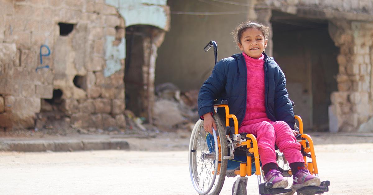 Hanaa, 8, halvaantui sodan aikana tehdyssä pommi-iskussa.