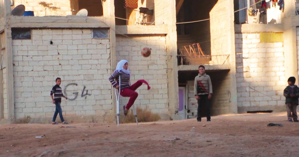 Sajalle, 12, menetti jalkansa pommin räjähtäessä, mutta pelaa siitä huolimatta mielellään jalkapalloa.