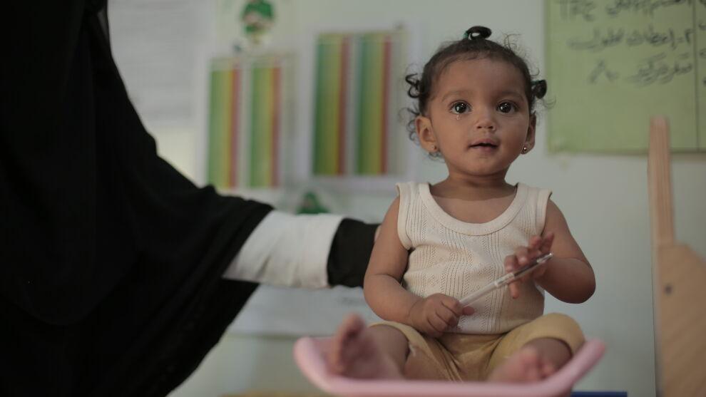 Yhdeksän kuukauden ikäinen Nour Fatini on parantunut hänen henkeään uhanneesta aliravitsemuksesta ja saa hoitoa terveyskeskuksessa Sana'an kaupungissa Jemenissä.Kuva ©UNICEF/UNI366578/Abaidi