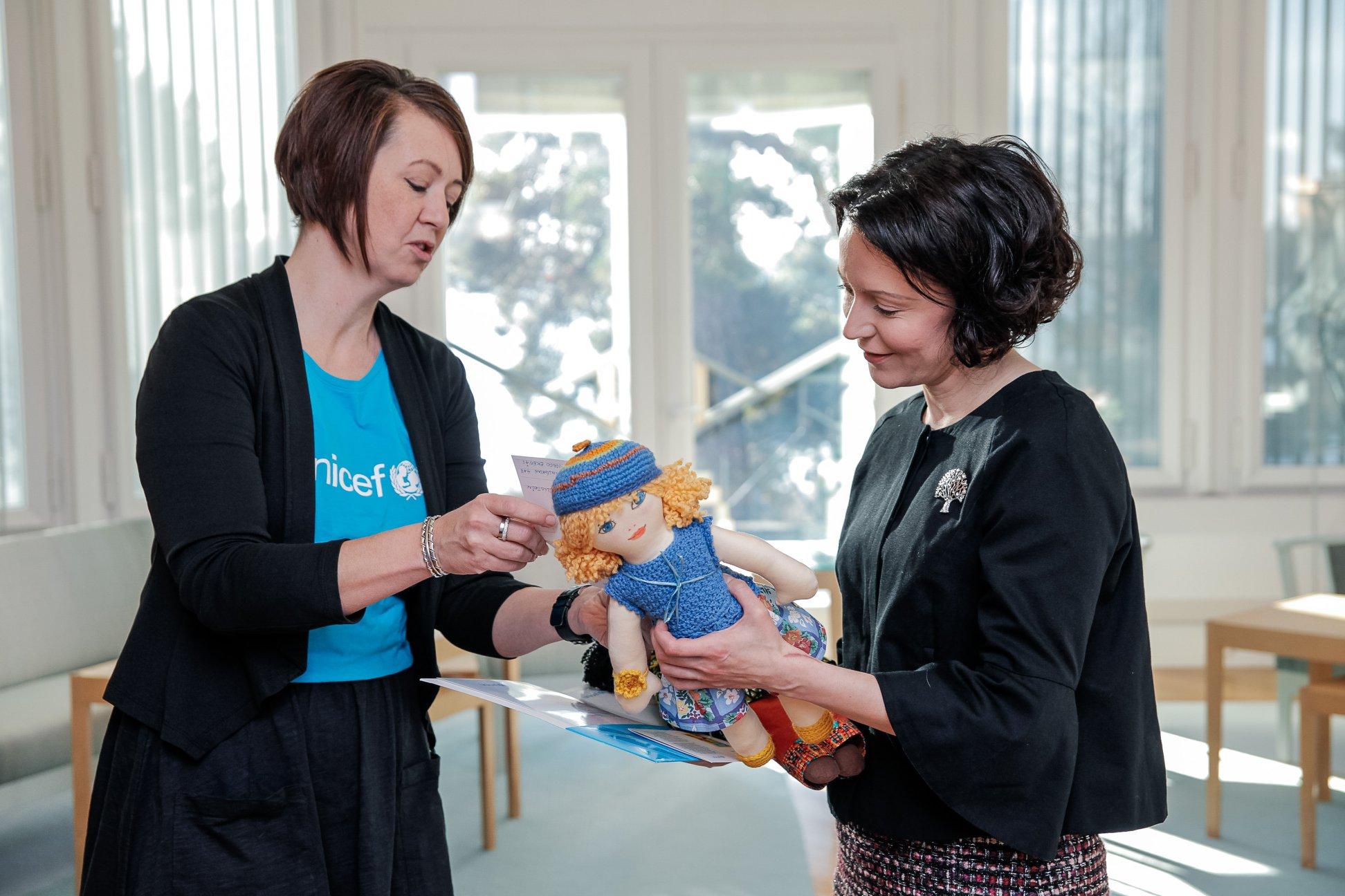 UNICEF-nukke ojennetaan rouva Jenni Haukiolle
