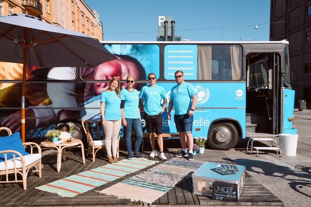 UNICEF-bussi kiertää Suomen paikkakuntia tekemässä testamenttilahjoitusta tutuksi. © UNICEF/ Suomi 2019