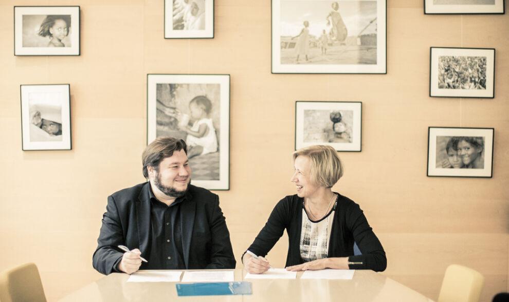 Suomen UNICEFin pääsihteeri Marja-Riitta Ketola ja Äidin toive -elokuvan ohjaaja Joonas Berghäll allekirjoittivat kansainvälisen sopimuksen UNICEFin ja elokuvan yhteistyöstä. © Ville Juurikkala
