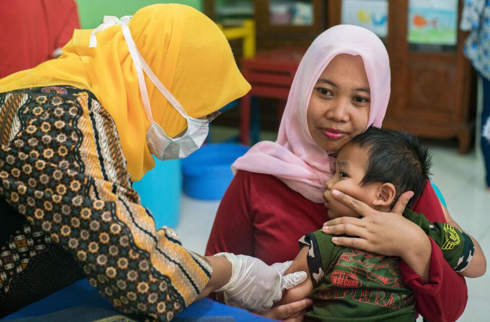 Pieni poika saa rokotteen tuhkarokkoa ja vihurirokkoa vastaan Indonesian Surabayassa. ©UNICEF/2017/van Oorsouw