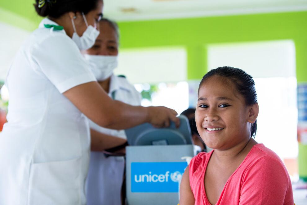 Tyttö odottaa tuhkarokkorokotusta Leauvaan kylässä Samoalla joulukuussa 2019. UNICEFin tukema kansallinen rokotuskampanja pyrki saamaan kuriin Tyynenmeren alueella puhjenneen tuhkarokkoepidemian. © UNICEF/UNI232414/Stephen