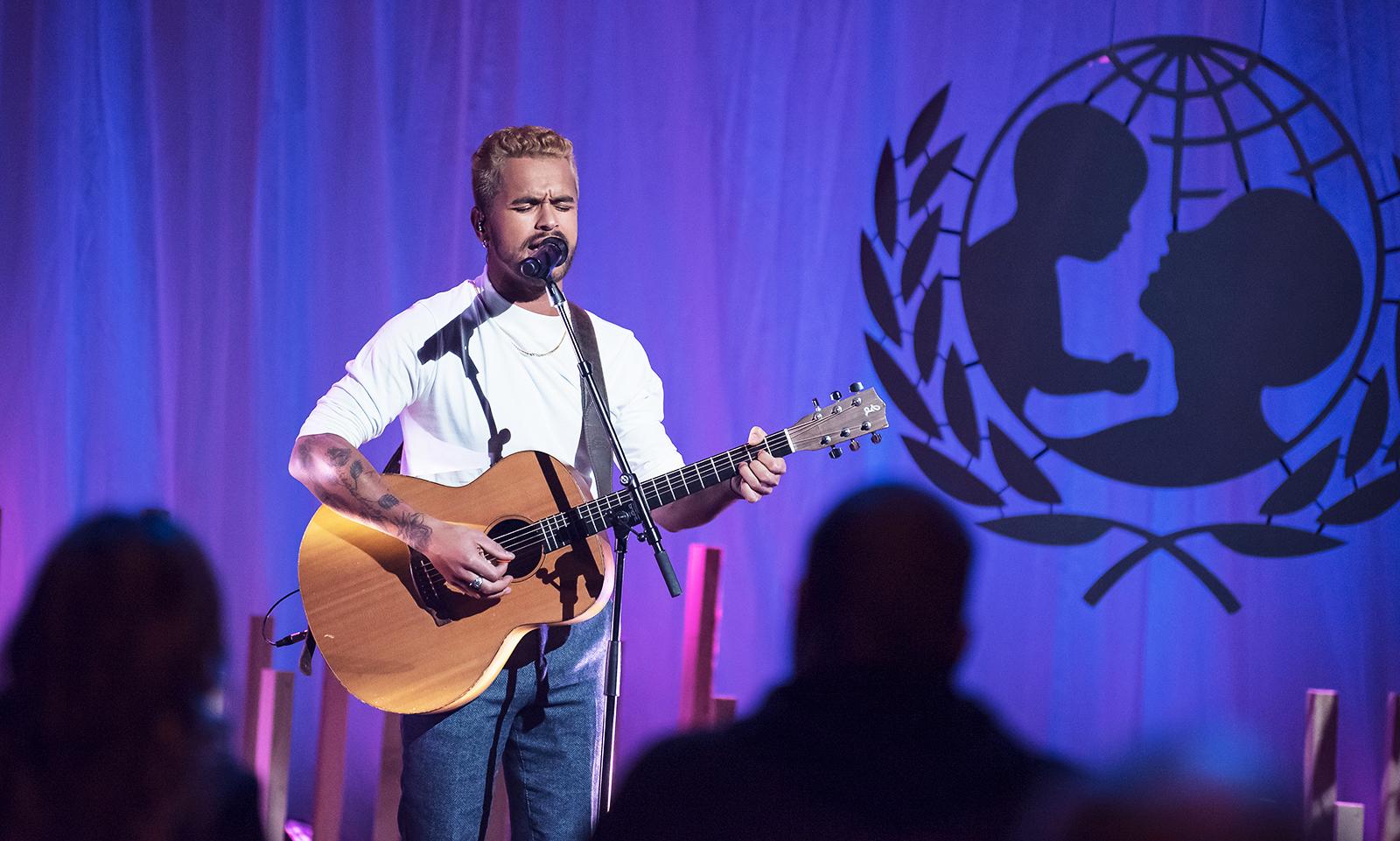 Pette Parkkonen lavalla kitaran kanssa.