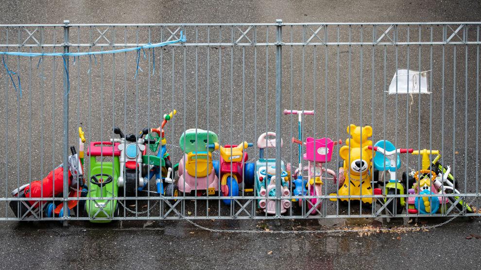 Leikin loppu. Lelut on kytketty vaijerilla kiinni seinärautoihin, kun esikouluopetus keskeytettiin koronapandemian vuoksi Bergamon kaupungissa Italiassa. Kuva © UNICEF/UNI324961/Diffidenti