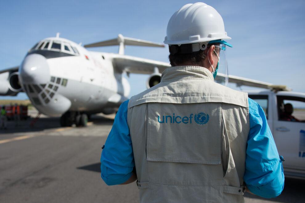 Alejandro Caldoni ottamassa vastaan lentokonetta, joka toi Venezuelan Caracasiin 32 tonnia tarvikkeita koronaviruksen leviämisen ehkäisyyn ja sairauden hoitoon. Kuva: © UNICEF/UN0375879/Vera