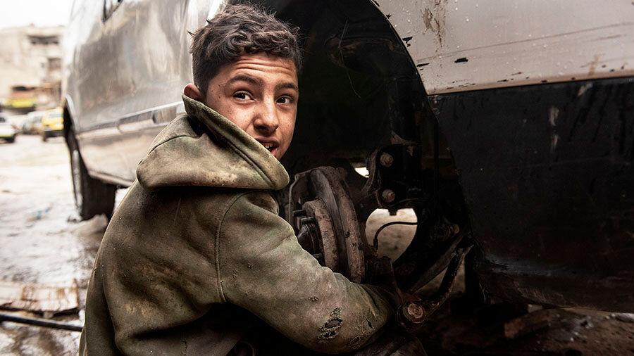 """""""Nimeni on Imad. Aloitin työt autokorjaamolla kaksi vuotta sitten. Perheessäni on seitsemän ihmistä, olen vanhin lapsista ja ainoa, joka käy töissä. Koko perheeni on riippuvainen minun toimeentulostani. Olen 13-vuotias."""" Syyria. Kuva: © UNICEF/UNI310535/Romenzi"""