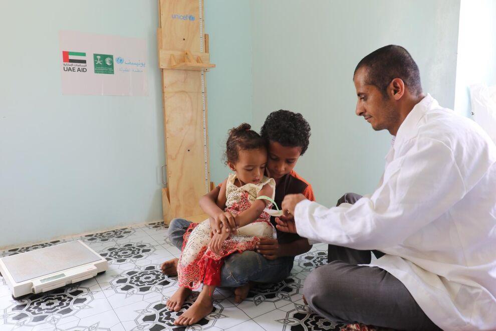 Abdulla toi nuoremman sisarensa, joka kärsii aliravitsemuksesta terveyskeskukseen, missä hän UNICEFin tuella saa  tarvitsemansa lääkkeet. (C) UNICEF/Yassir Abdulbaki