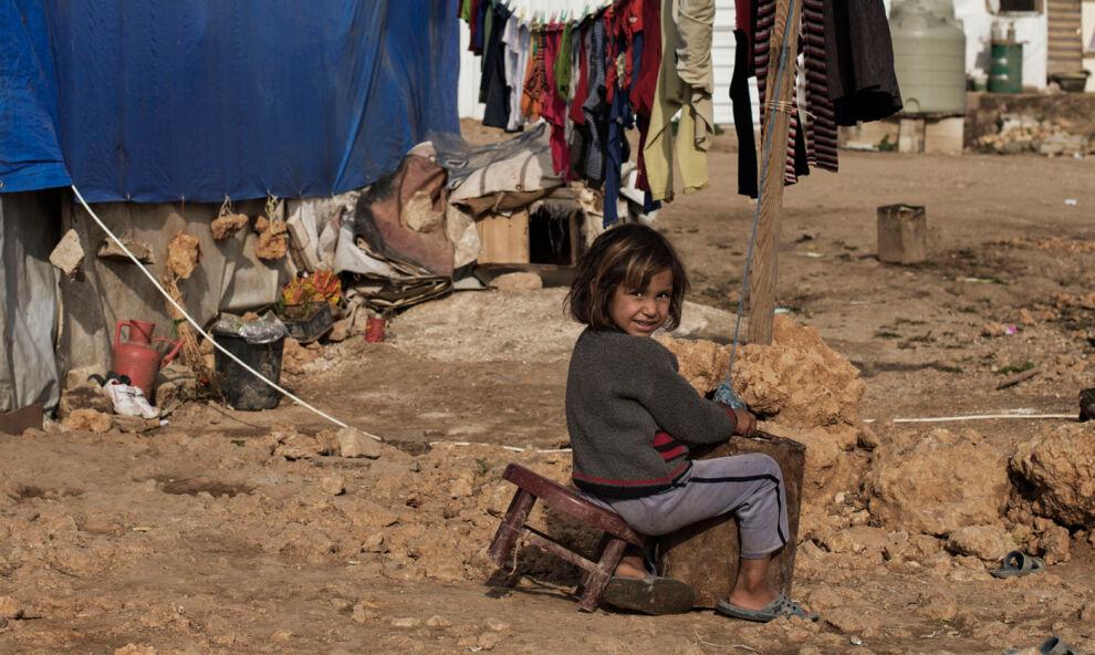 Syyrialaistyttö telttansa edessä epävirallisella pakolaisleirillä Bekaan laaksossa Libanonissa. Noin viiden miljoonan asukkaan maassa asuu jo yli miljoona syyrialaista pakolaista. © UNICEF/MENA2014-00052/Romenzi