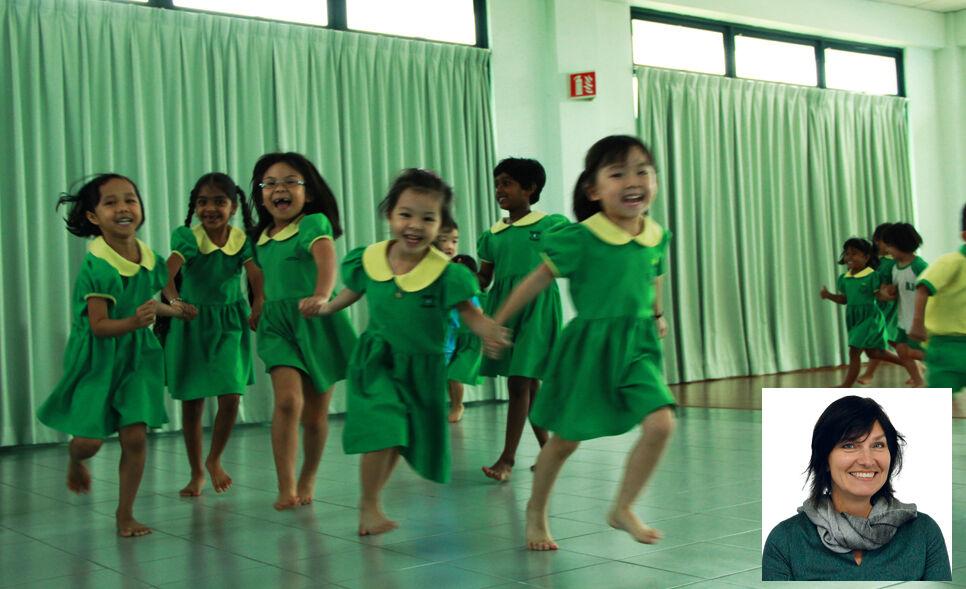Malesiassa toimiva Kein Hing Industry on perustanut työntekijöidensä lapsille esikoulun ja iltapäiväkerhon. Näin lasten äidit voivat mennä turvallisin mielin töihin. Pikkukuvassa UNICEFin yritysvastuujohtaja Eija Hietavuo.