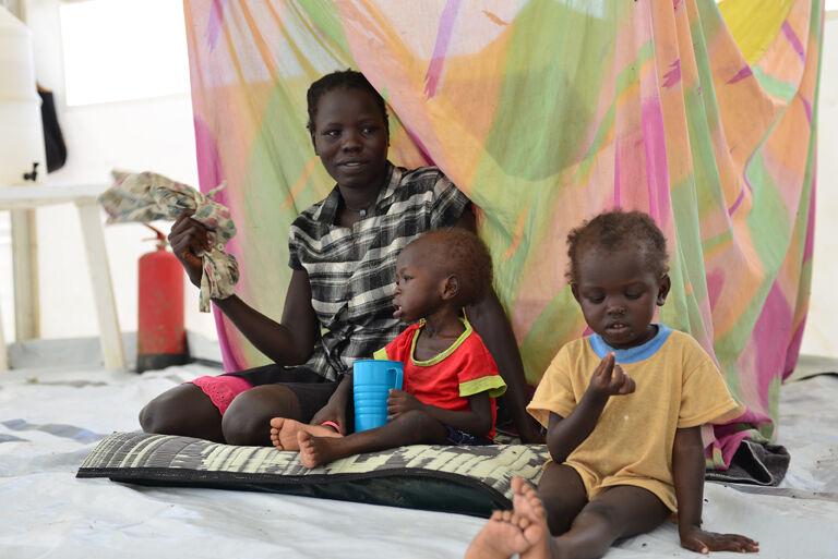 Angelina Michaelin kaksivuotias tytär Wal Par (äidin vieressä) kärsi vakavasta aliravitsemuksesta elokuussa 2014. Lapsi sai hoitoa UNICEFin kumppanin ylläpitämässä sairaalassa lähellä Bentiun kaupunkia. Kuvassa myös Michaelin 4-vuotias tytär, Sunday Par.