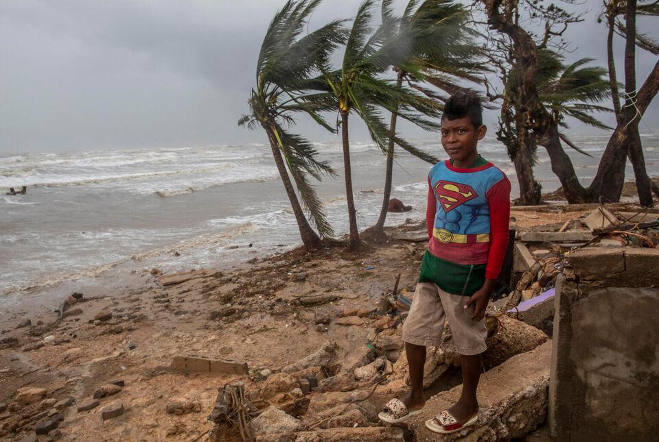Lapsi tarkkailee hurrikaani Iotan jälkeensä jättämiä aaltoja Nicaraguan Bilwissä marraskuussa 2020. © UNICEF/UN0372815/Ocon/AFP-Services