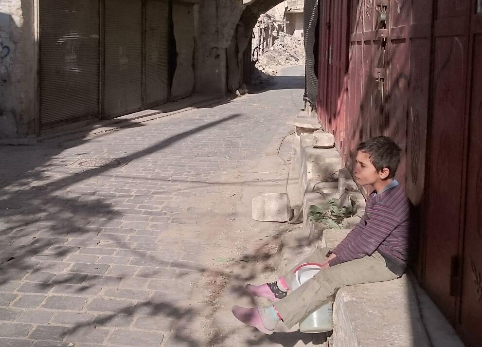 """""""Olen etsinyt juomavettä aamusta lähtien, sillä kotiin ei tule vettä. Välillä vettä tulee ja välillä ei"""", kertoo 9-vuotias Abdullah Itä-Aleppossa."""