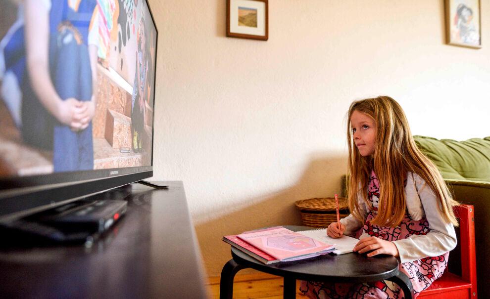 Pohjoismakedonialainen Kaja, 7, seuraa opetusohjelmaa TV:stä. TV-opetus on toteutettu UNICEFin, kansallisten opetusviranomaisten ja kansallisen yleisradioyhtiön yhteistyönä. Pohjois-Makedonia on yksi keskituloisista maista, joissa UNICEF tukee lasten etäoppimista. © UNICEF/UNI313756/Georgiev
